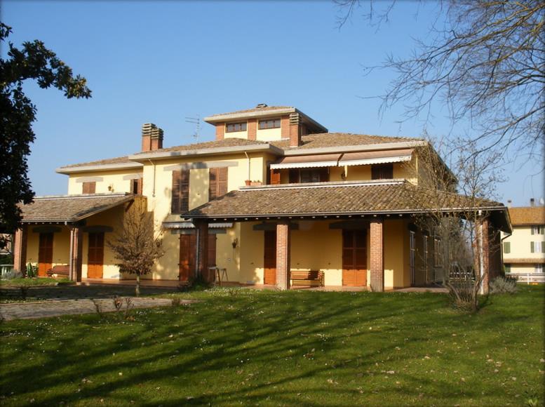 Sistemazione e riverniciatura  serramenti e persiane in legno presso abitazione privata