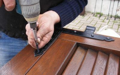 Rimontaggio ferramenta in cantiere con viti nuove