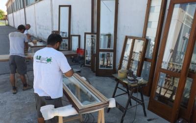 verniciatura finestre in cantiere con operai rilegno